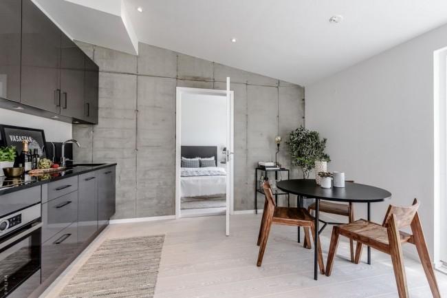 Белая дверь на кухне в сером интерьере стиля лофт
