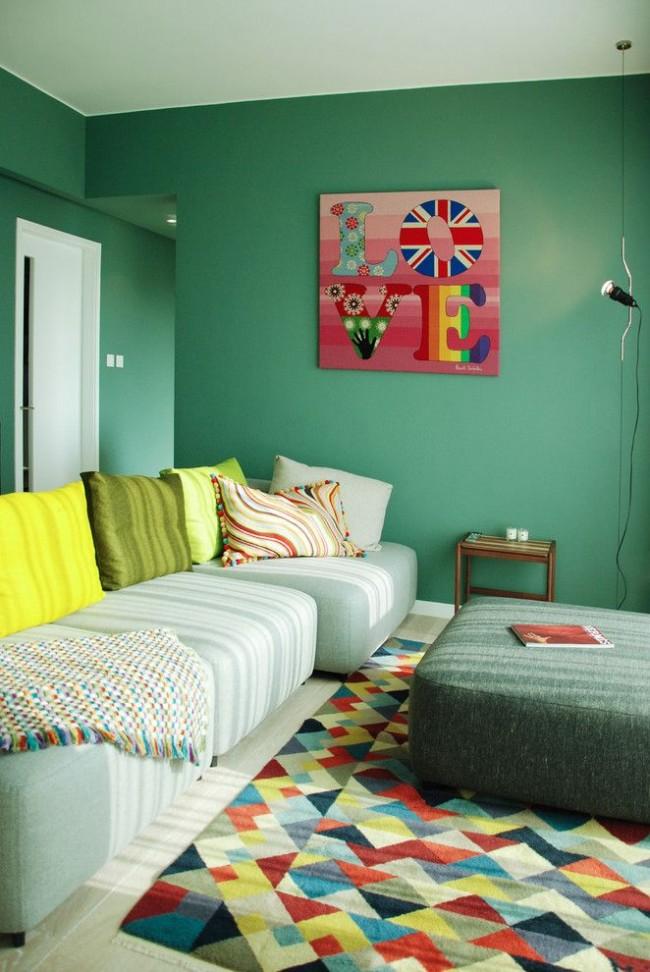 Зеленый интерьер гостиной и белые двери