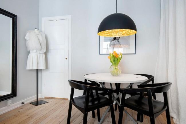 Белая дверь в светло-серой скандинавской столовой смотрится достаточно спокойно и традиционно