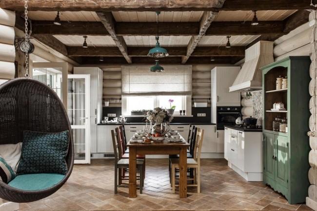 Кухня из сруба светло-бежевого цвета интересно сочетается с бирюзовыми акцентами в мебели
