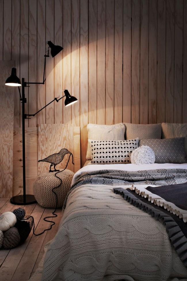 Обшивка спальни светлыми деревянными панелями