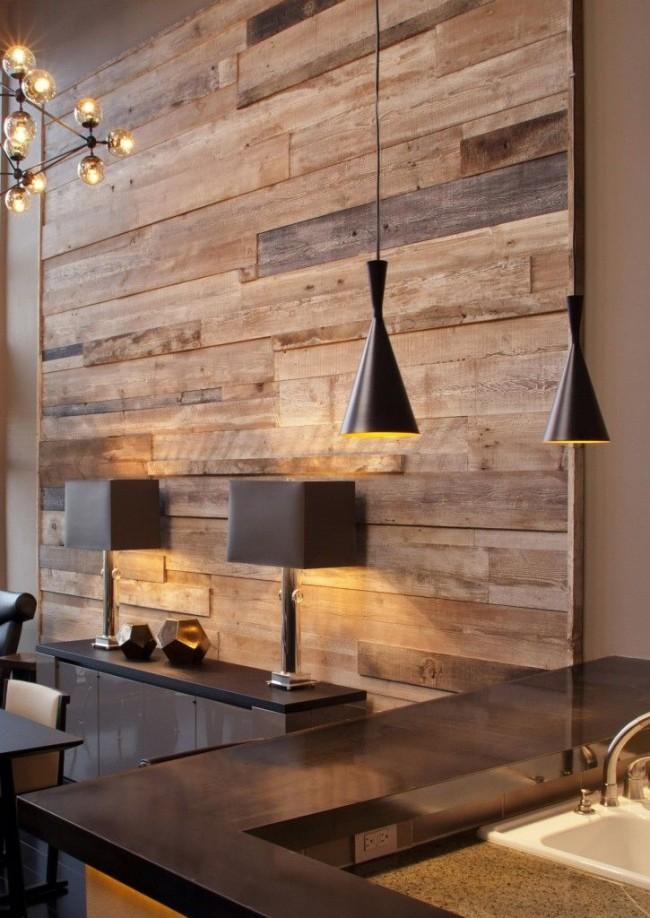 Деревянная вставка на стене в столовой