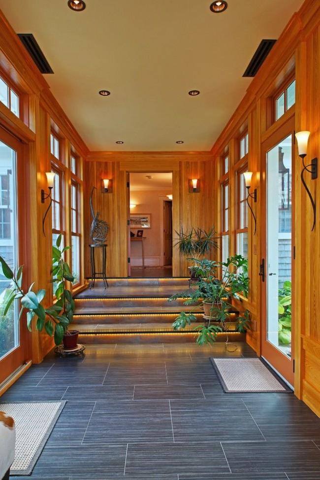 Деревянный холл частного дома с большими окнами