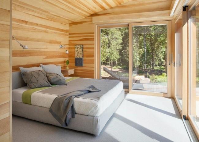 Древесная обшивка спальни добавит уюта и комфорта данному помещению