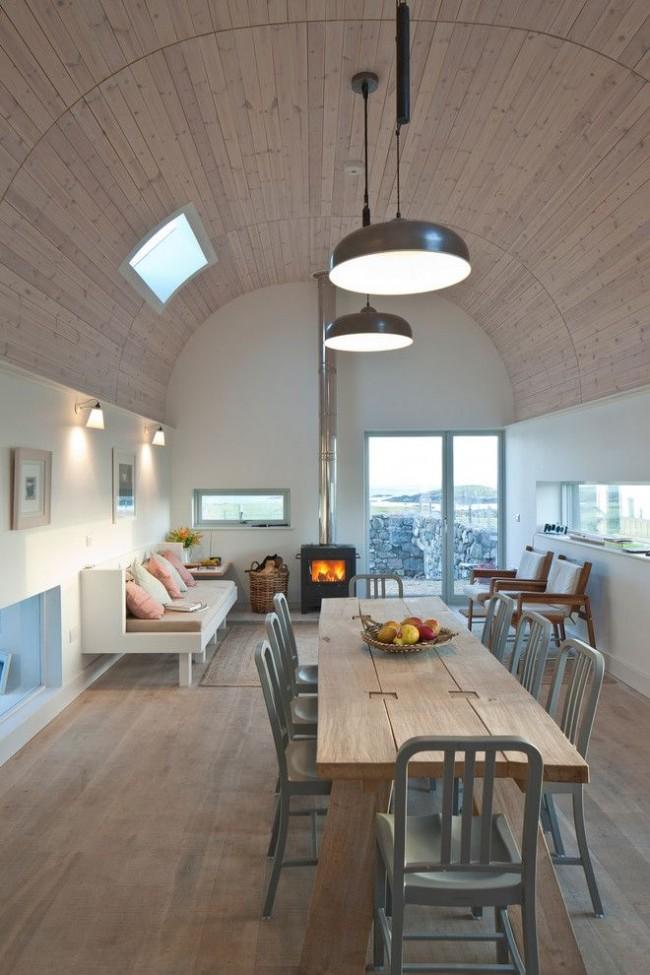 Необычный арочный деревянный потолок светло-бежевого цвета в оформлении скандинавского интерьера