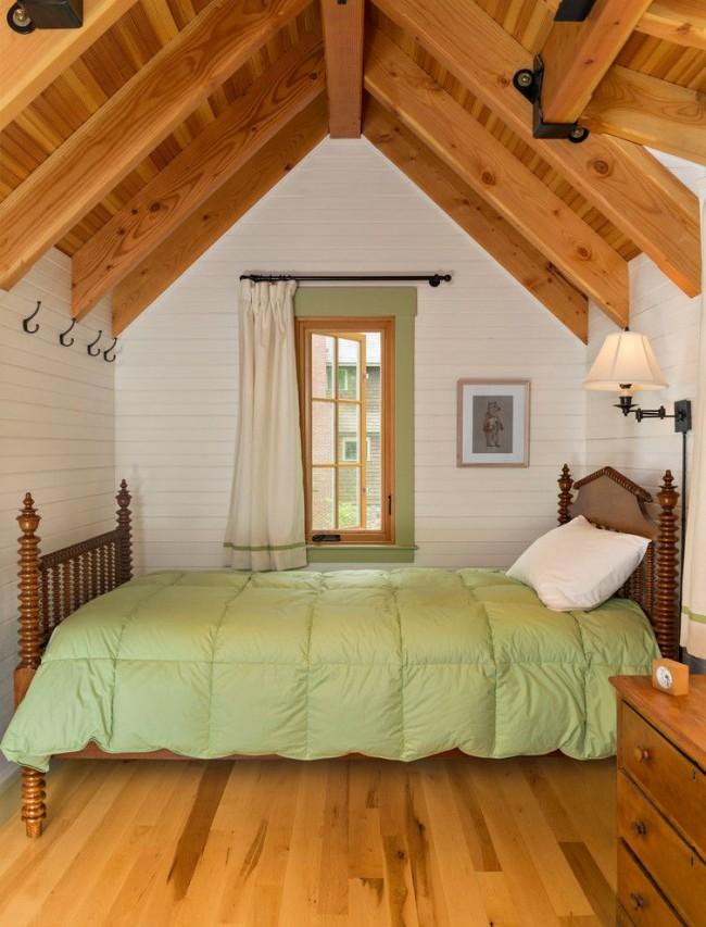 Небольшая и уютная спальня с обилием дерева в интерьере
