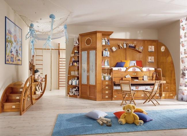 Шкаф и стенка из массива дерева в нейтральной голубой детской комнате