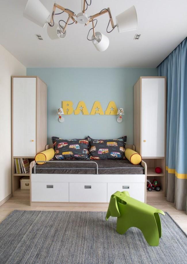 Комплект мебели для дошкольника: кроватка и современные простые шкафчики для одежды