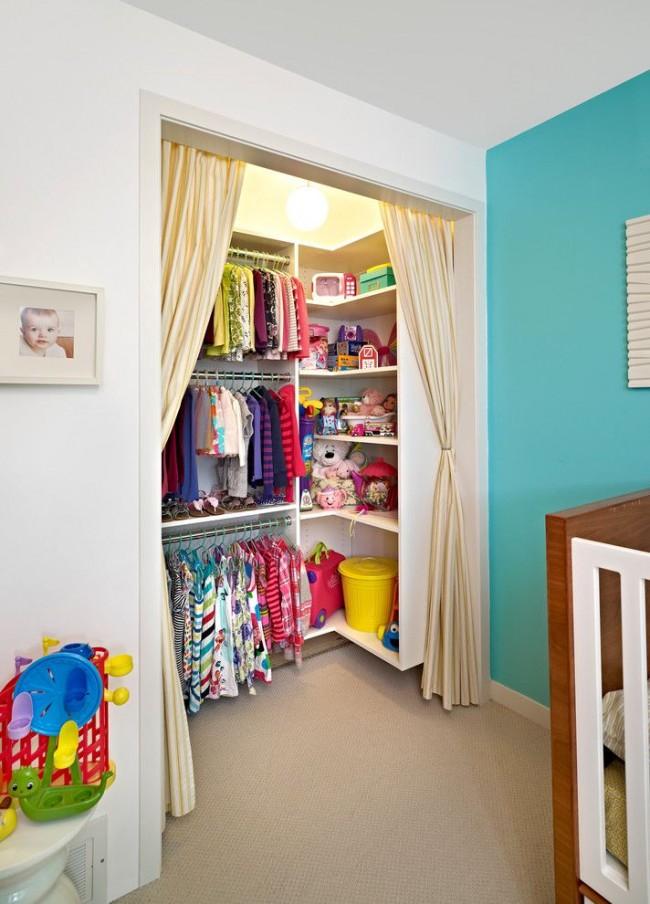 Шкаф-гардеробная в детской со шторками вместо дверей