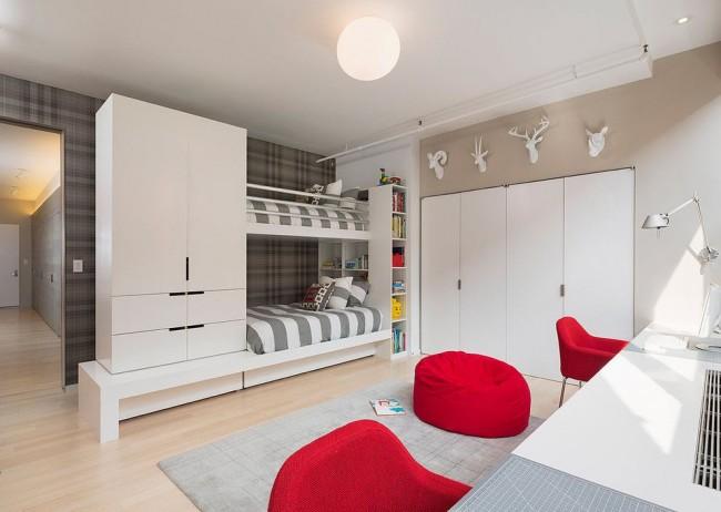 Стильная детская комната с вместительными шкафами для одежды