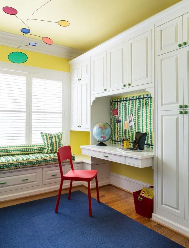Шкаф во всю стену со встроенным письменным столом