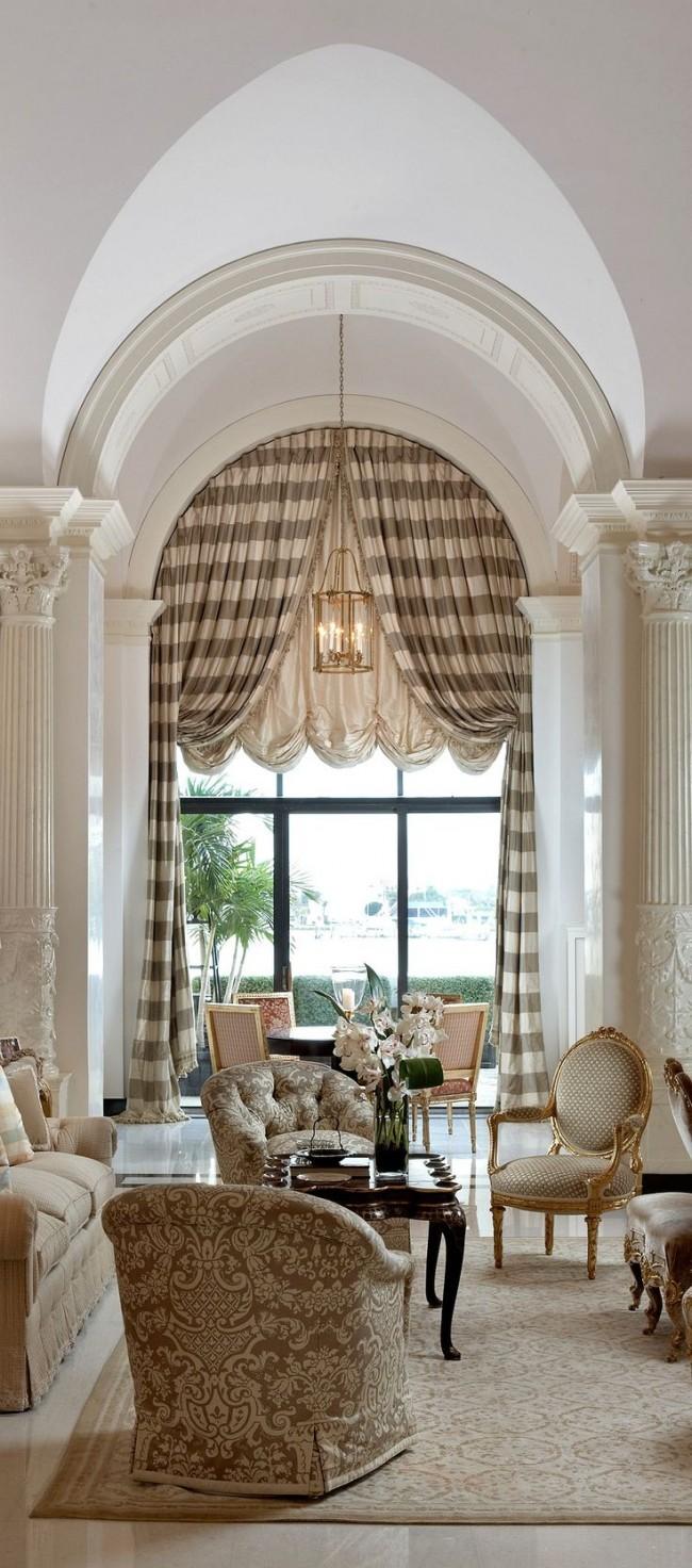 Строгие полосатые портьеры в гостиной римского стиля
