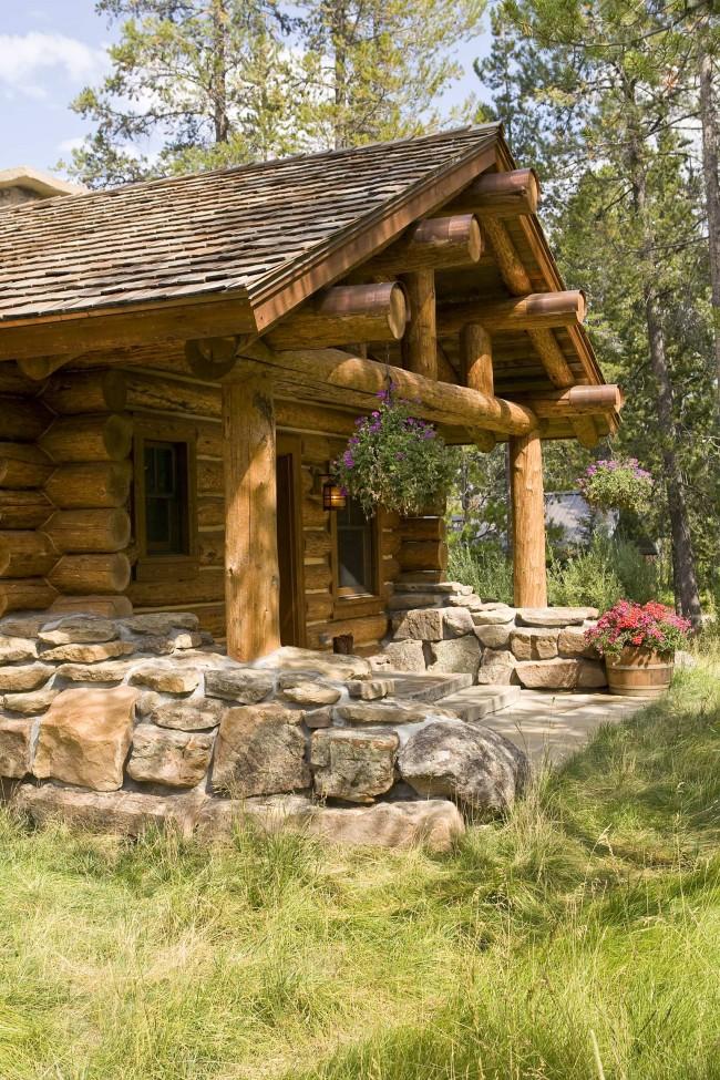 Небольшой, но в то же время уютный дом из бревна