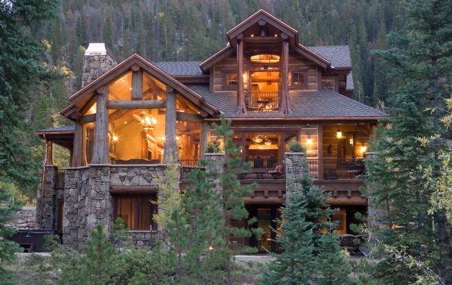 Замечательное сочетание оцилиндрованного бревна и панорамных окон в дизайне частного дома