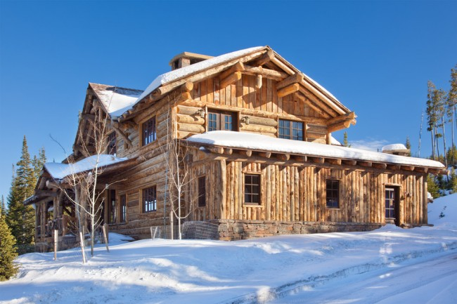 Деревянный дом с горизонтальным и вертикальным расположением бревен