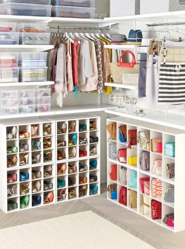 Гардеробная идеально подходящая для молодой девушки со значительным количеством полочек и ящиков для хранения мелких вещей, аксессуаров и обуви
