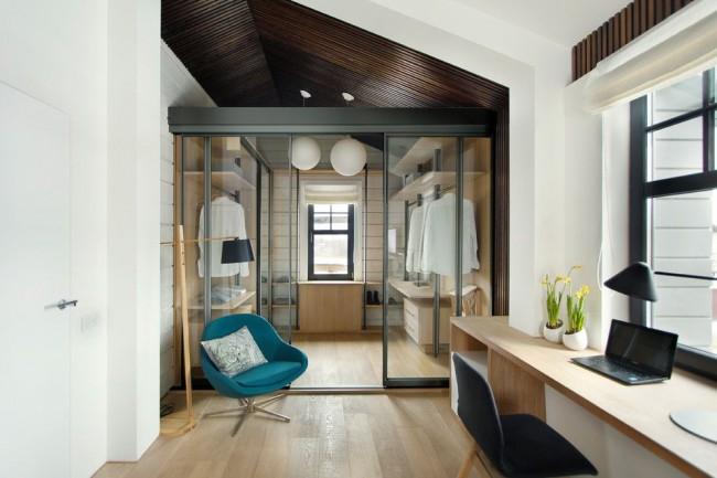Гардеробная, отделенная стеклянными дверями подойдет для современного интереьера