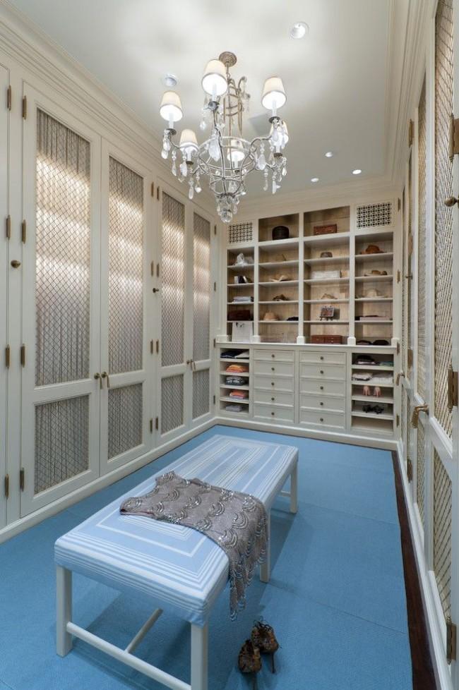 Центральное освещение с добавлением светодиодных ламп в классической гардеробной комнате