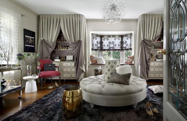 Уютная современная гардеробная комната девушки с большим мягким пуфом в центре комнаты