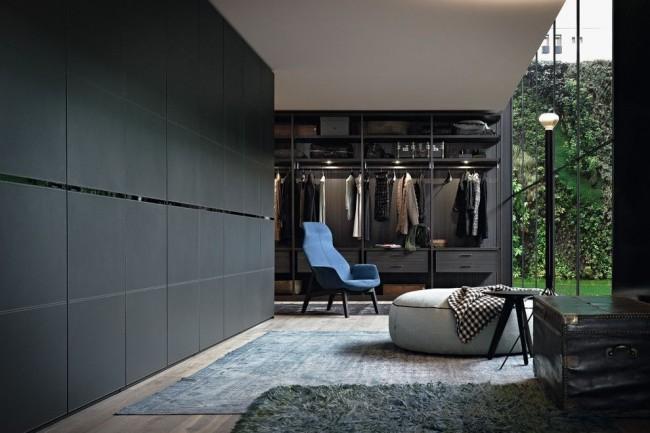 Стильная гардеробная в темных тонах с панорамными окнами