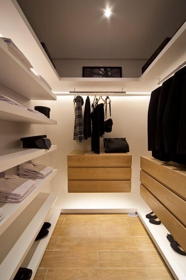 Небольшая современная гардеробная с большим количеством открытых полок
