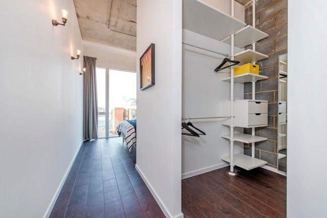 Небольшая гардеробная может быть отделена от спальни гипсокартонной стеной