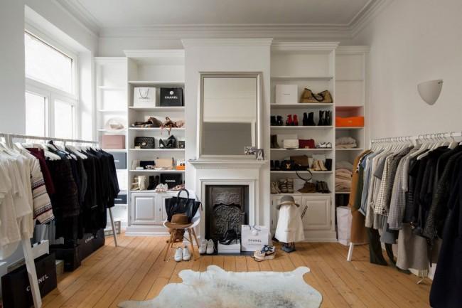 Просторная гардеробная комната в скандинавском стиле
