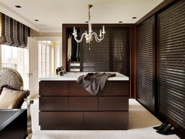 Гардеробная комната с мебелью шоколадного цвета в классическом интерьере