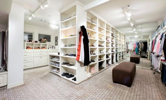 Внушительная гардеробная комната с одной зеркальной стеной