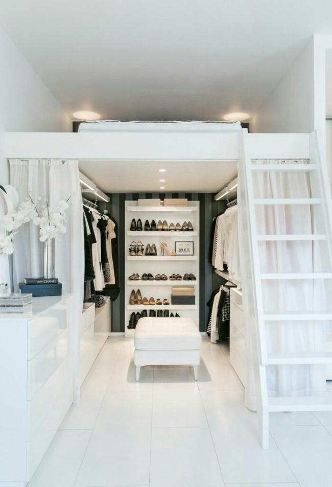 Гардеробная комната спрятанная за белыми полупрозрачными шторами