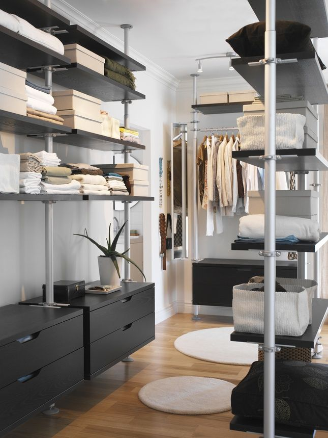 Маленькая гардеробная с большим количеством открытых полок