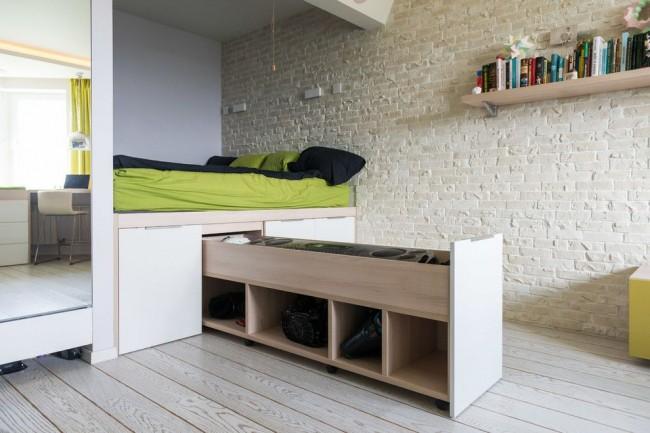 Очень высокий подиум с выдвижными ящиками, представляющими собой целую систему хранения - это идеальный вариант для однокомнатной квартиры