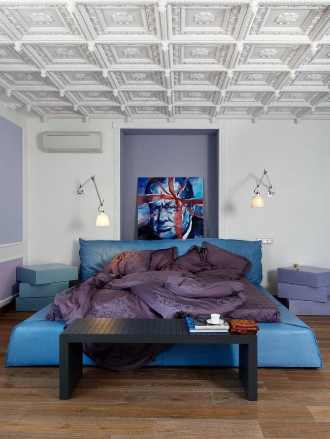 Эклектичный интерьер спальни с кожаной кроватью кислотного цвета
