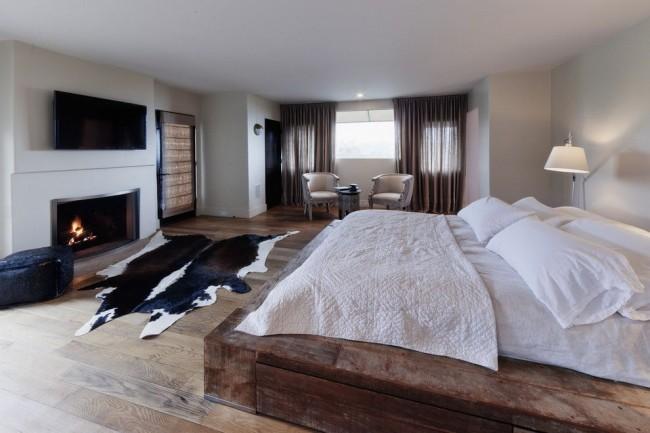 Уютный интерьер с подиумом из нарочито грубо обработанного дерева
