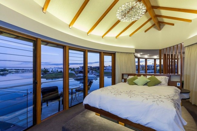 Шикарная спальня с панорамным видом на залив