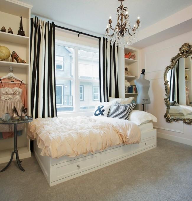 Белая кровать с выдвижными ящиками у окна в девичьей спальне