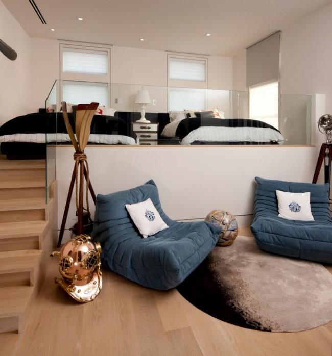 Кровати на высоком подиуме со ступеньками в стильном контемпорари-интерьере. Таким образом здесь создан декоративный эффект полноценной лестницы, а стеклянные перила завершают впечатление