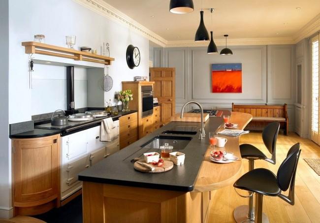Столешница кухонного острова из искусственного камня совмещенная с деревянной барной стойкой на кухне в деревенском стиле