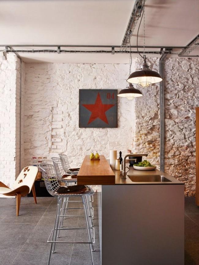 Узкая барная стойка, совмещенная с рабочей поверхностью в индустриальном дизайне