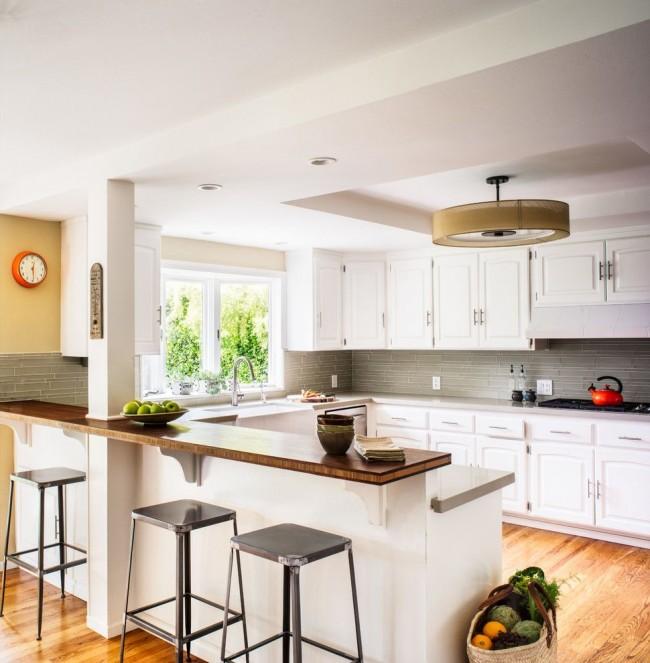 Барная стойка - перегородка на светлой современной кухне