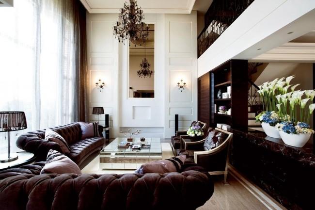 Темно-коричневая мебель для гостиной в классическом стиле выглядит дорого и красиво
