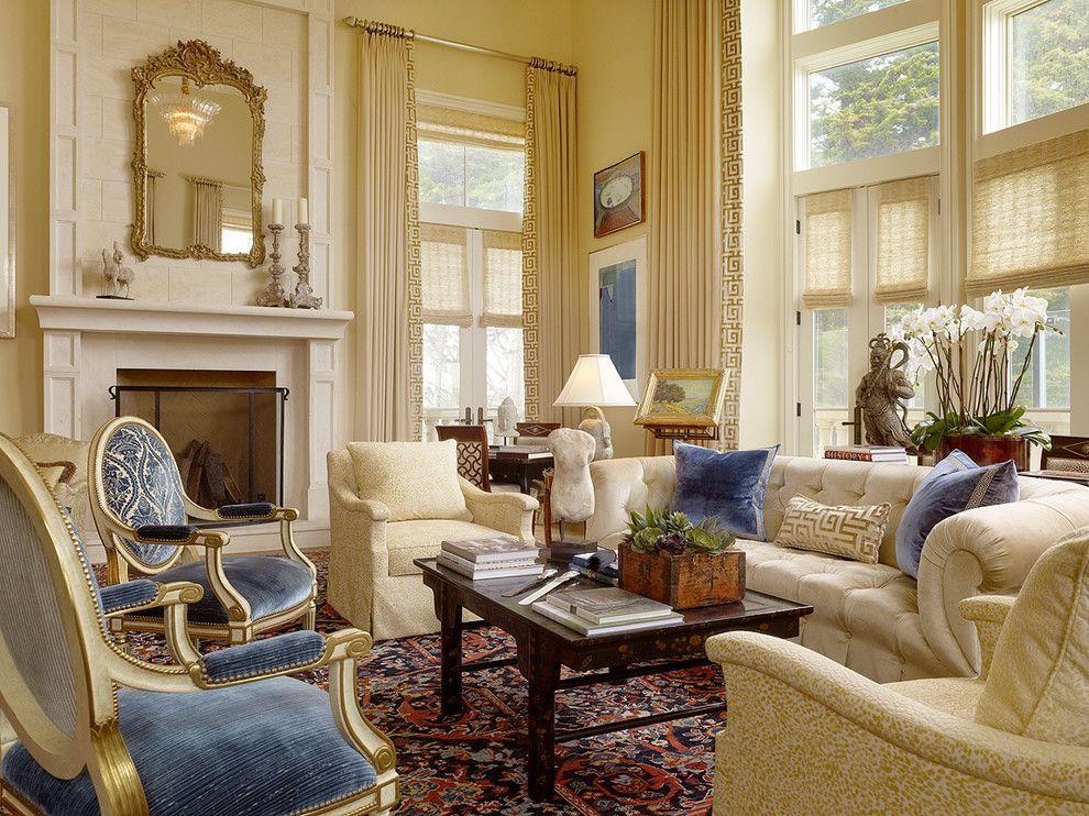 Уютная классическая гостиная сливочного цвета в сочетании с голубыми креслами