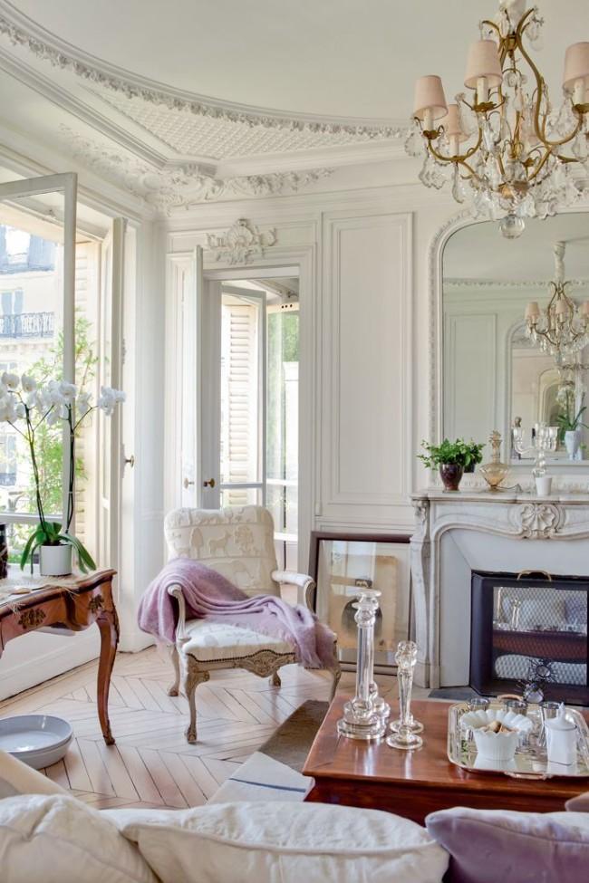Лепнина, молдинг и резьба в светлой классической гостиной