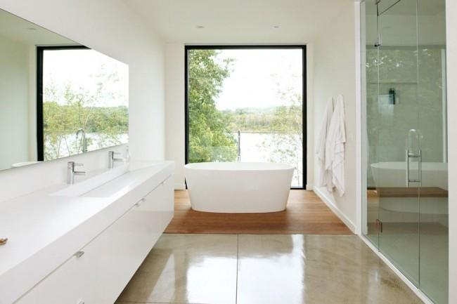 Большое окно и много света в просторной ванной комнате