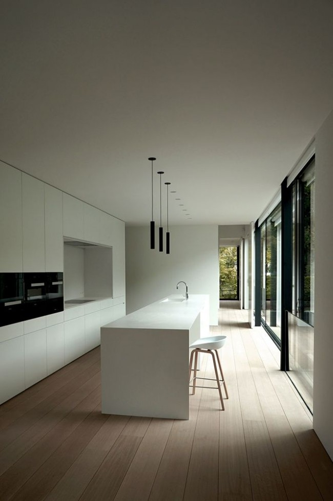 Ламинат в белой минималистичной кухне загородного дома