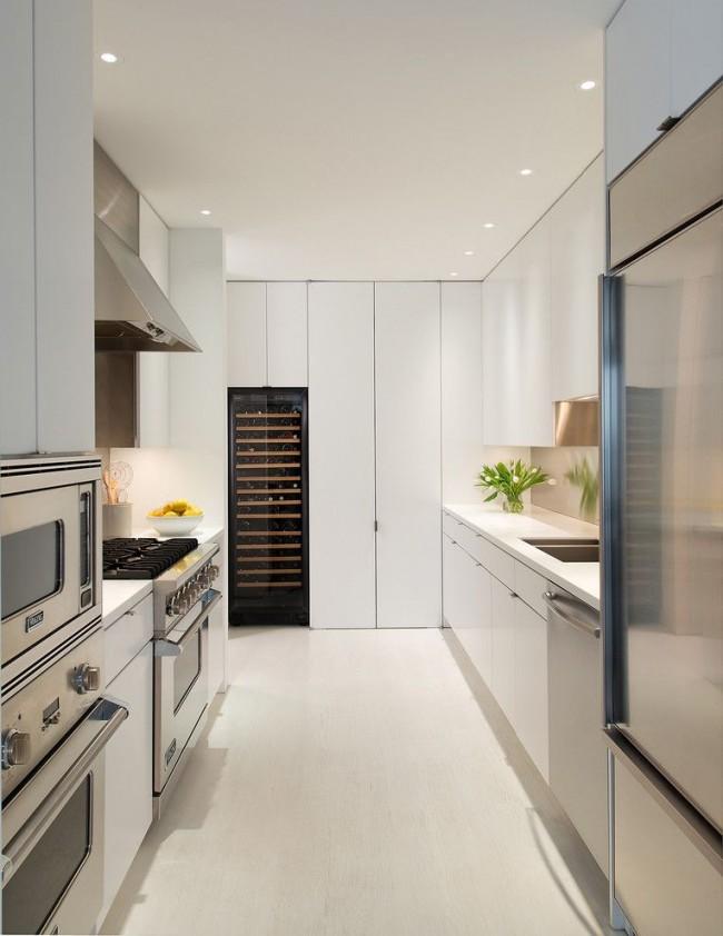 Дизайн стильной кухни в светлом цвете с матовым натяжным потолком