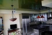 Фото 13 Натяжной потолок на кухне: можно ли делать и 70+ дизайнерских фотоидей  для глянцевого и матового финиша