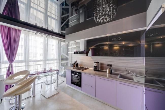 Стильный дизайн кухни с натяжным черным потолком
