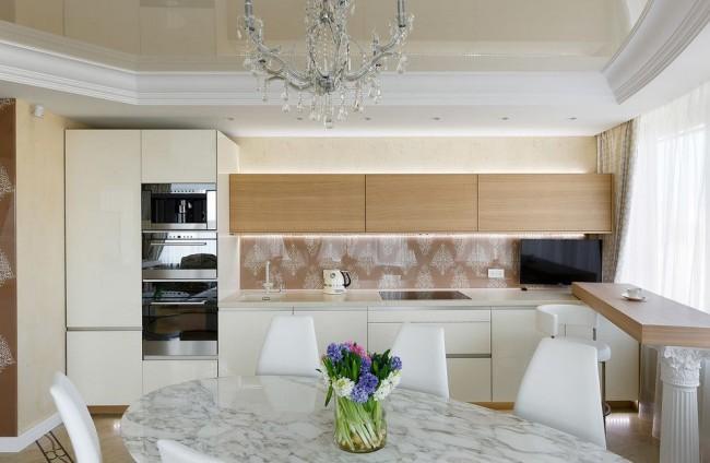 Натяжной потолок на кухне в тон основному цвету