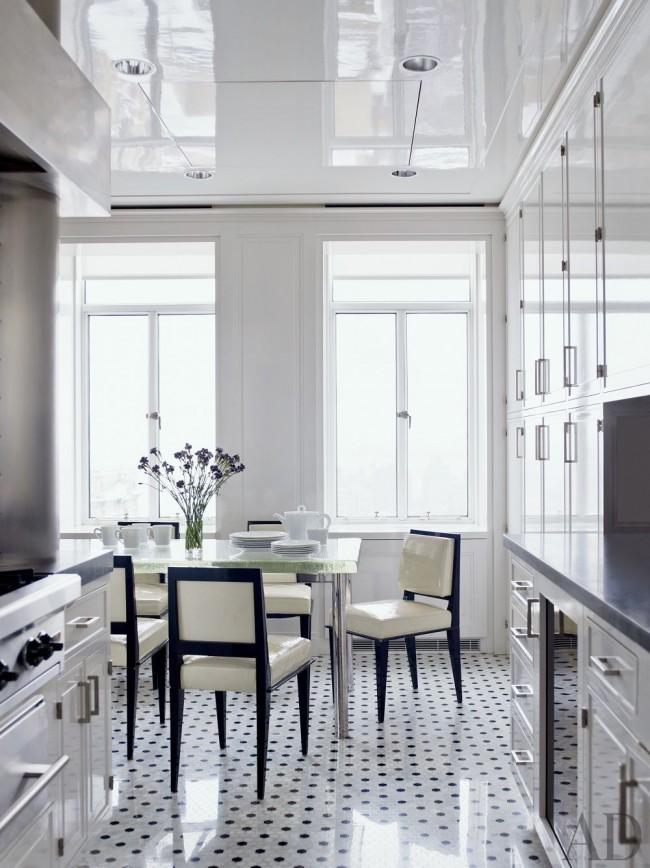 Современная светлая кухня с глянцевой мебелью и таким же натяжным потолком